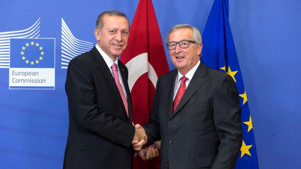 Stretta di mano tra il Presidente turco Recep Tayyip Erdoğan e il Presidente della Commissione Jean-Claude Juncker