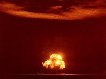 #88mph: Un tuffo nella storia – Il primo test della bomba atomica