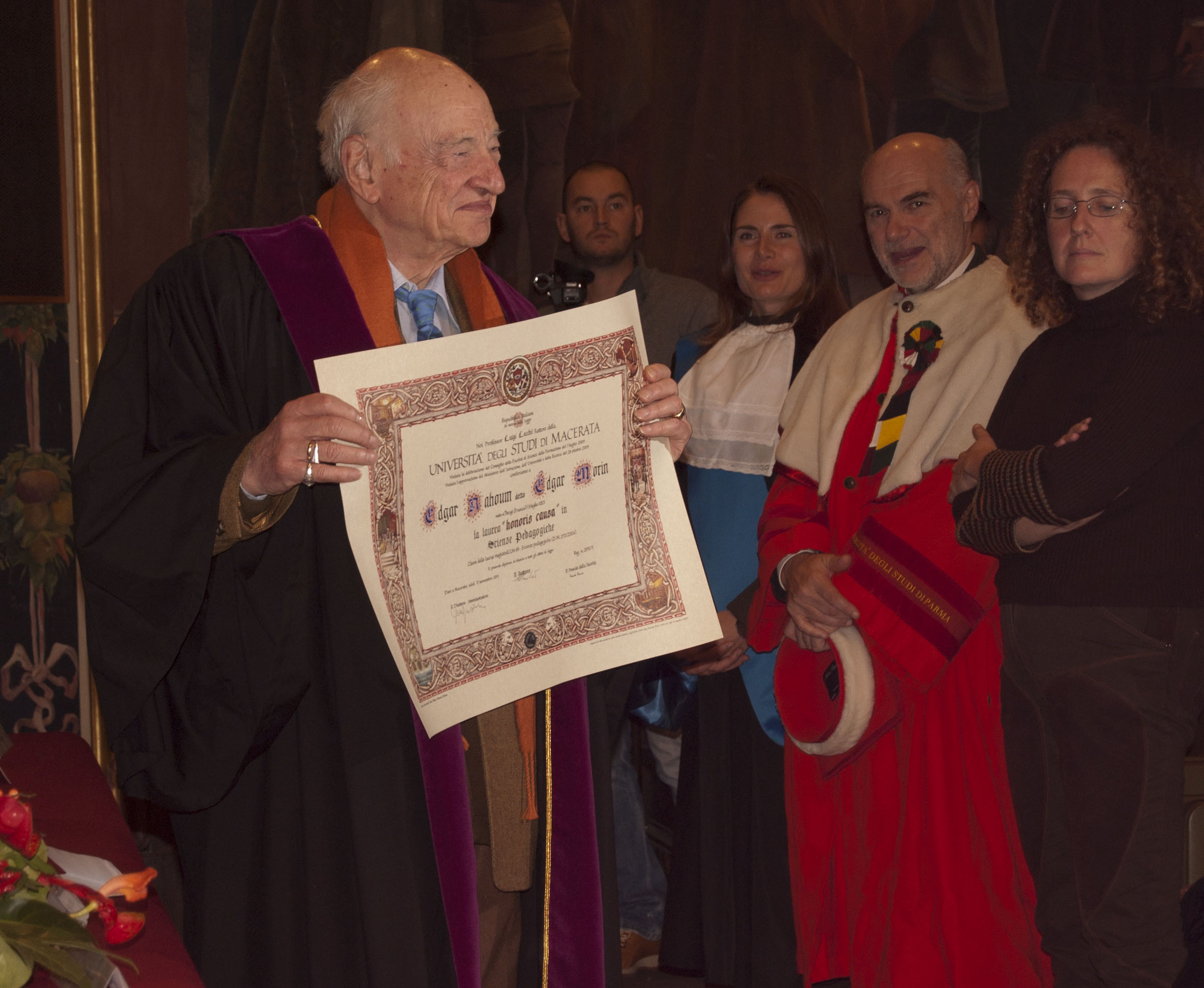 Morin laureato honoris causa in Scienze Pedagogiche presso l'università di Macerata.