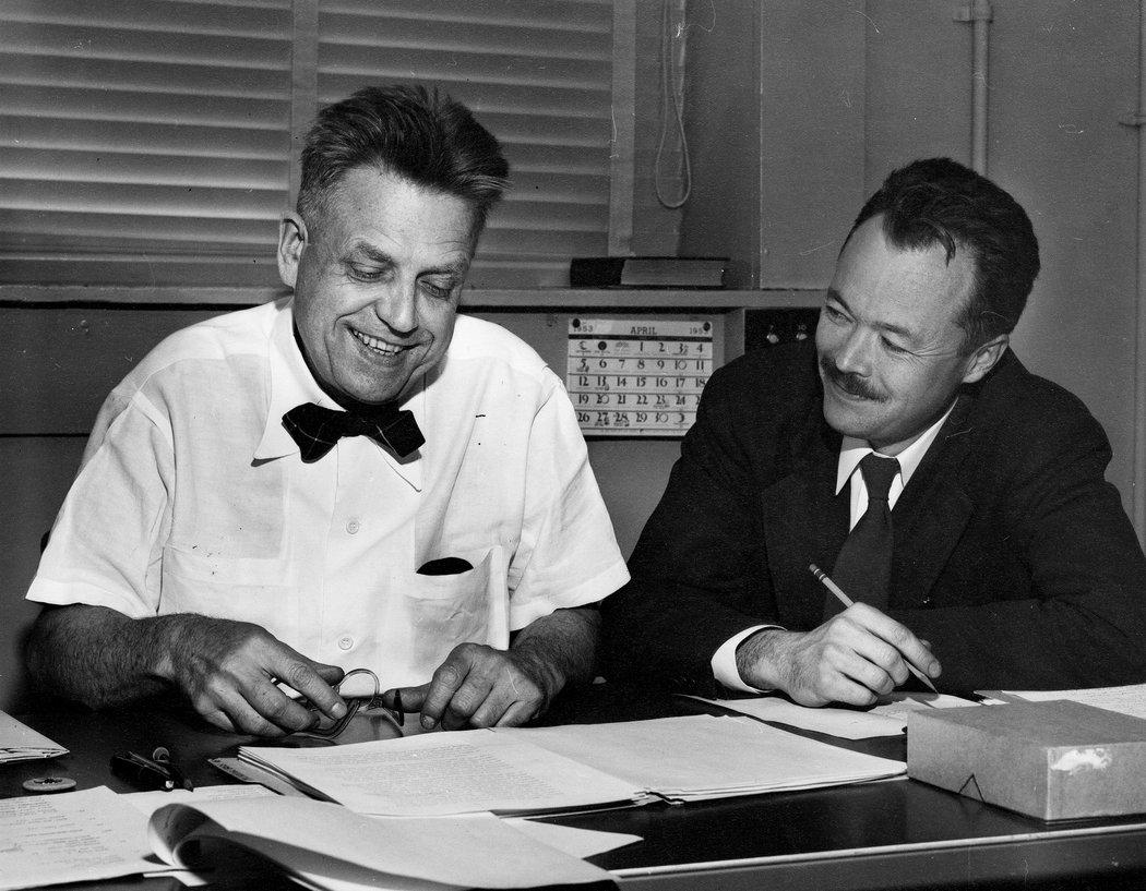 A sinistra il Dott. Alfred Kinsey a lavoro con Paul Gebhard, ricercatore nel campo della sessualità.