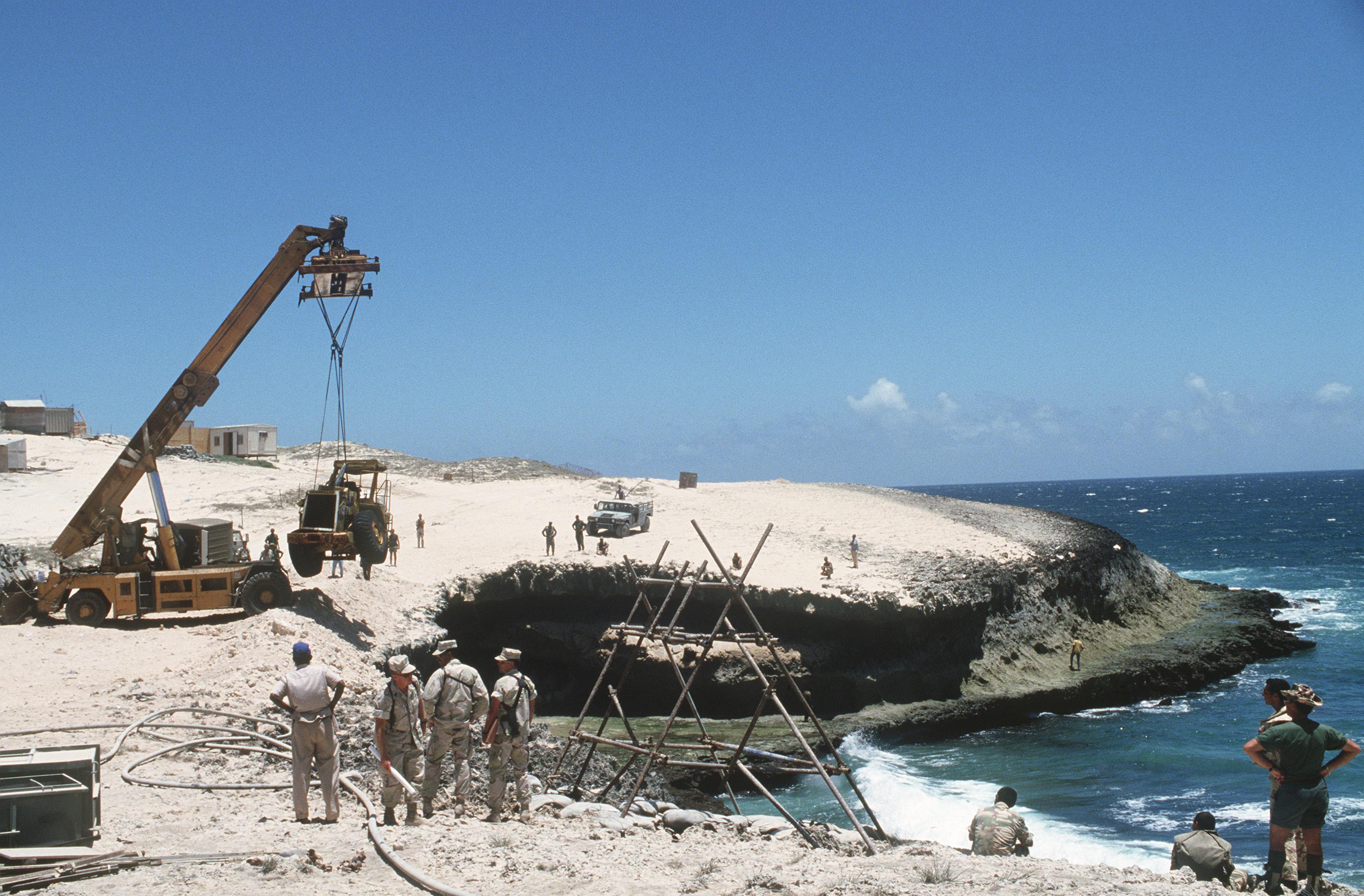 Truppe italiane al lavoro in Somalia, durante la missine UNOSOM II nel 1994/Joanna Seltzer, U.S. Air Force/Wikipedia