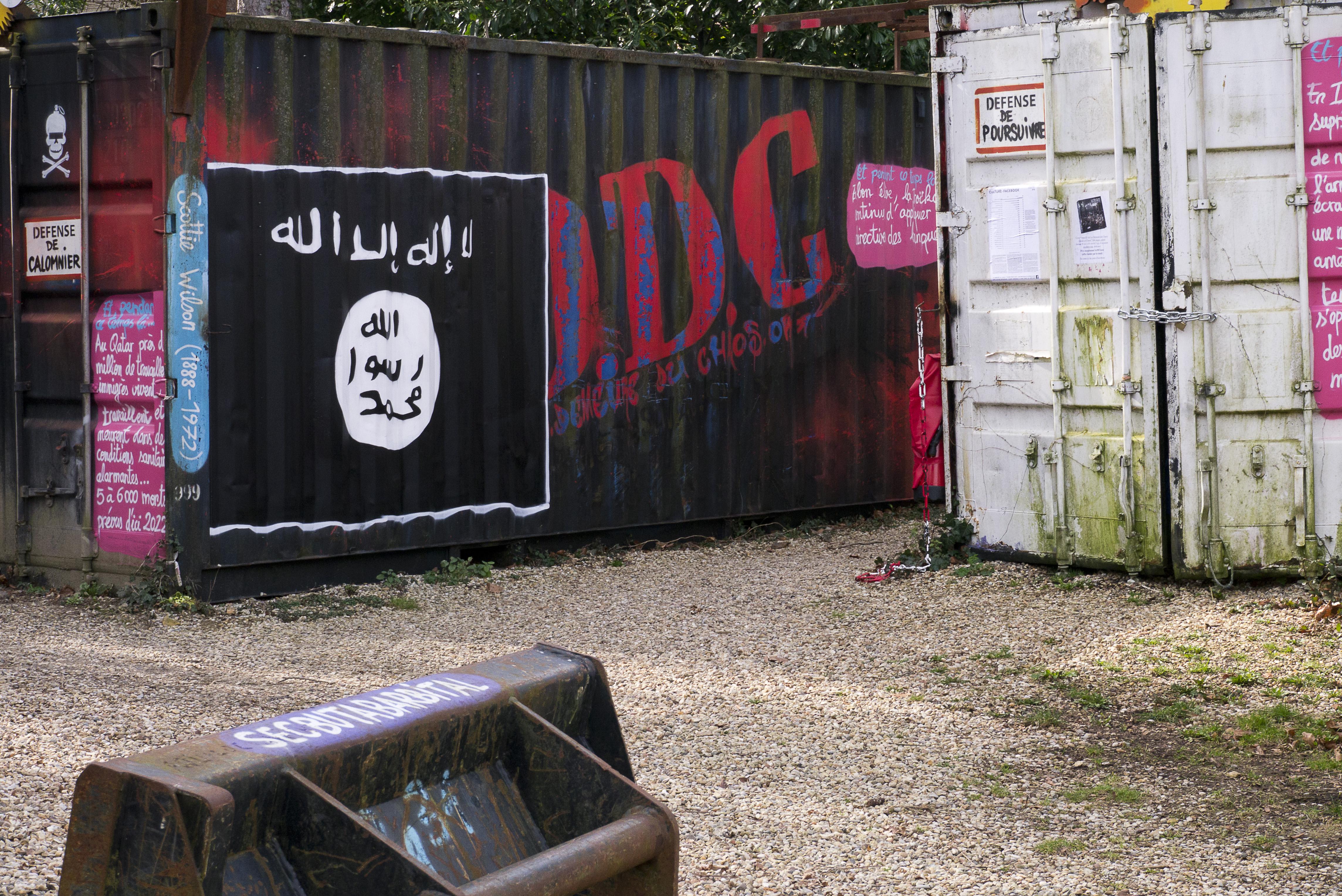 La bandiera dello Stato islamico in un container in Francia/ Wikipedia