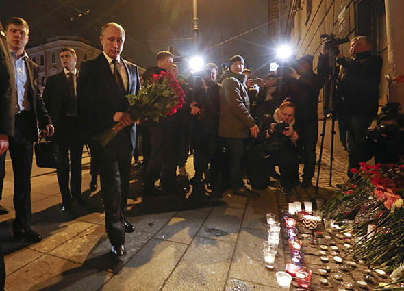 Vladimir-Putin-lays-flowers-for-victims-of-the-terror-attack-887817