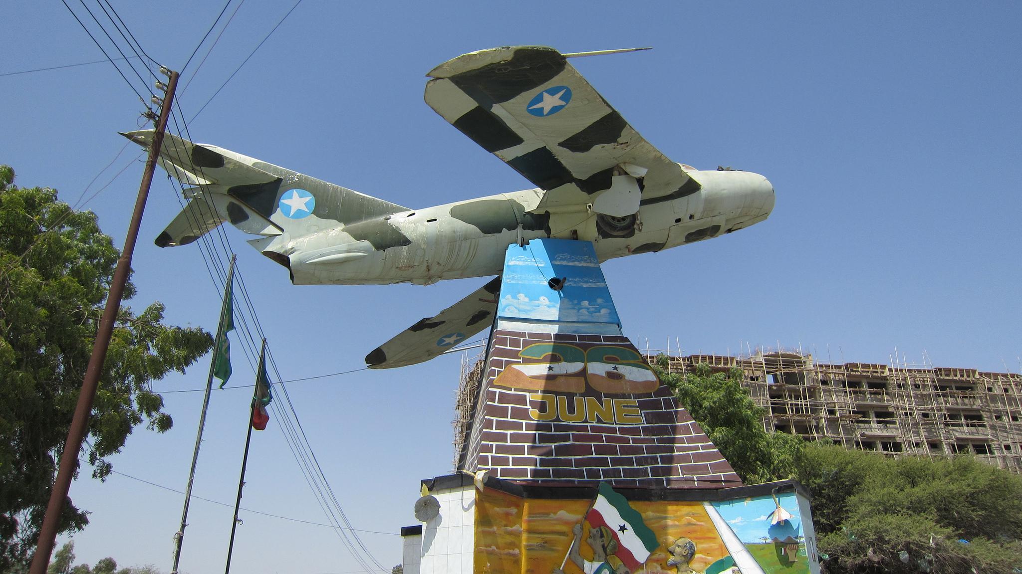 Aereo dell'esercito somalo abbattuto negli anni '90 dalla contraerea del Somaliland e da allora diventato monumento, Hargeisa (Credits: G-ARPO/ Flickr)