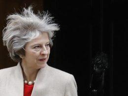 """Theresa May non ottiene la maggioranza, il Regno Unito è nel caos. Corbyn: """"Dimettiti"""""""