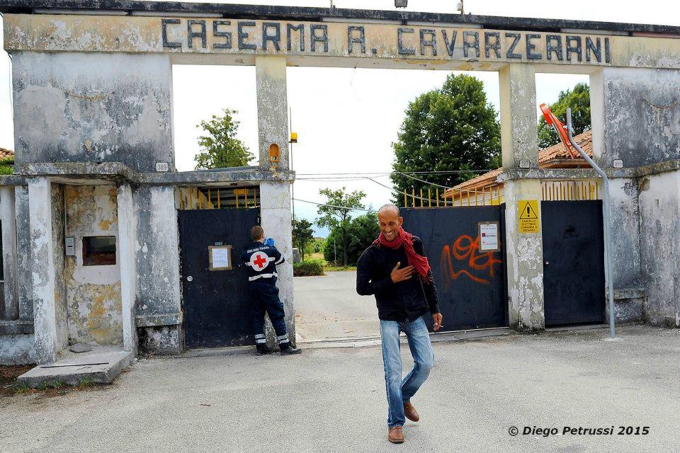 Ingresso della caserma Cavarzerani, a Udine, oggi riadattata per l'accoglienza di richiedenti asilo (Credits: Foto Petrussi, 2015/ Facebook)