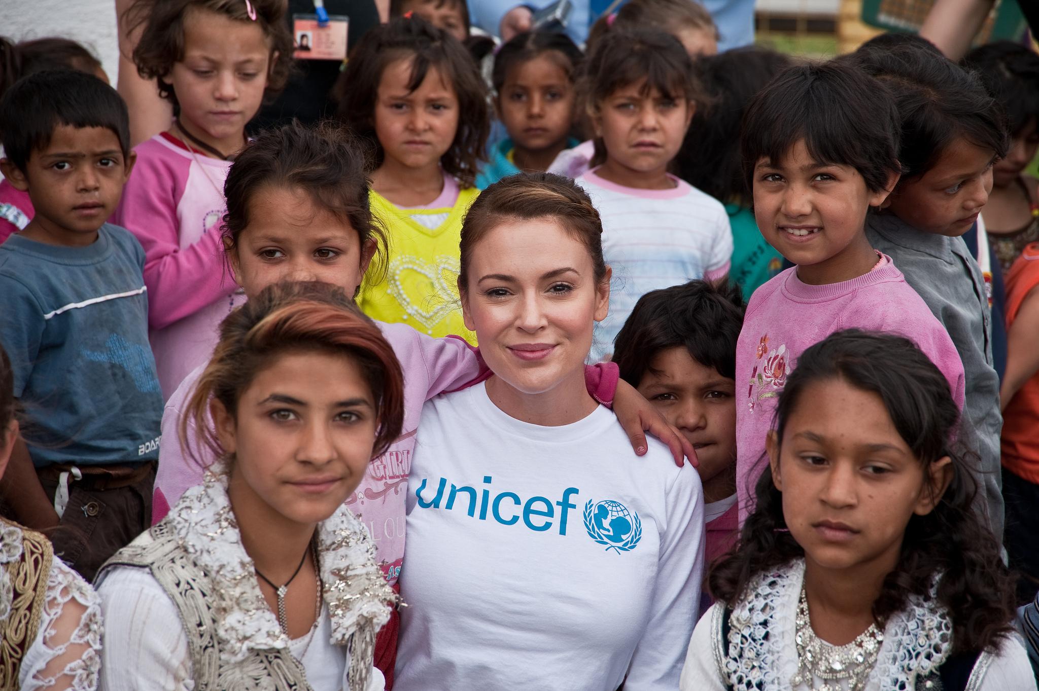L'attrice Alyssa Milano con bambini della comunità rom, ashkala ed egiziana a Gjakove, Kosovo (Credits: UNICEF Kosovo / Atdhe Mulla / Flickr/ 2010)